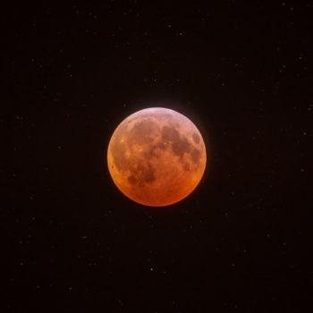 Lúa sobre fondo de estrelas